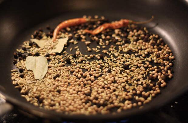 Ставим сковороду на плиту и начинаем готовить, пока она холодная. Яйца, птица и сливочное масло только выигрывают
