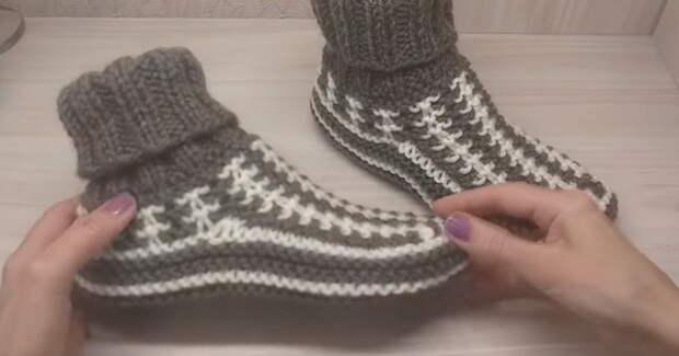 Длинный жилет и Тапочки - носочки спицами