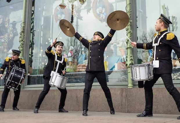 Санкт-Петербург, Россия. Выступление уличных музыкантов