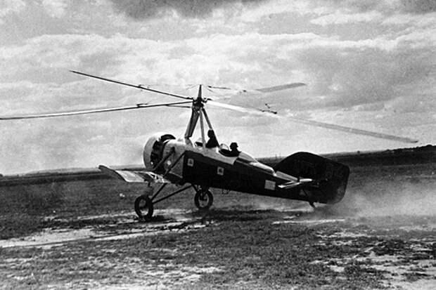 Летчик-испытатель поднимает в воздух один из первых советских автожиров, 1932 г.