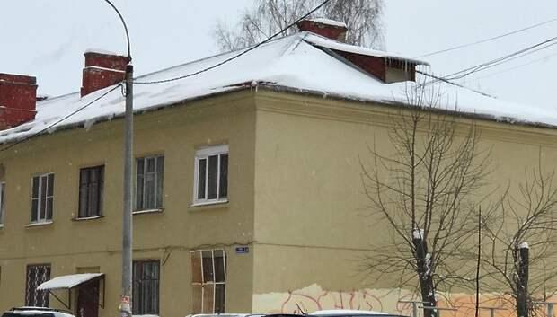 Коммунальщики Подольска все выходные очищали кровли от наледи и сосулек