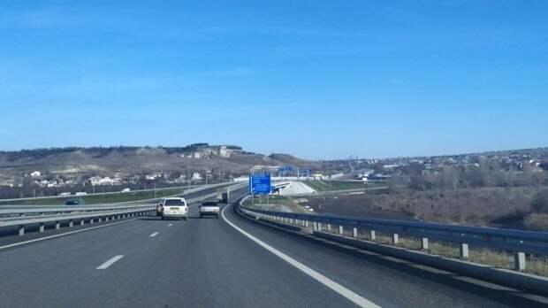 """Сход грунта заблокировал движение по трассе """"Таврида"""" под Севастополем"""