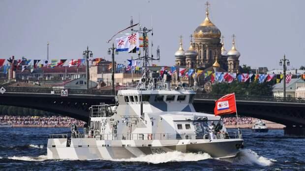 Путин на катере обошёл парадную линию боевых кораблей в Кронштадте