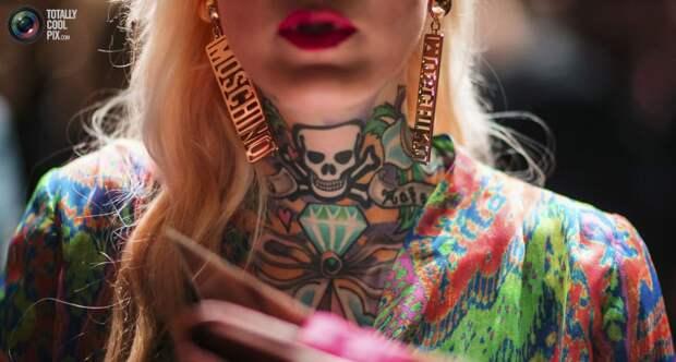Модель с татуировками