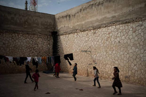 Идлиб, Сирия. Дети играют в лагере для беженцев