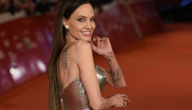 Как серебряная статуэтка: Анджелина Джоли в сияющем платье Atelier Versace на премьере «Вечных» в Риме