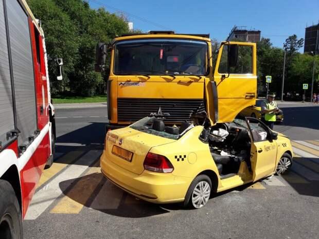 На Дмитровке пьяный вышел из такси на ходу