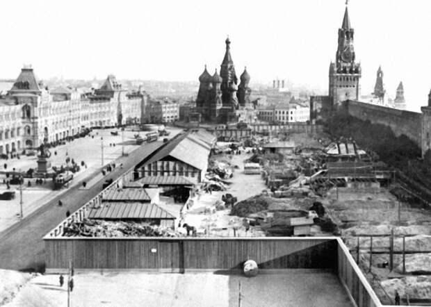 Неужели его эвакуировали первым, когда Гитлер подходил к Москве?