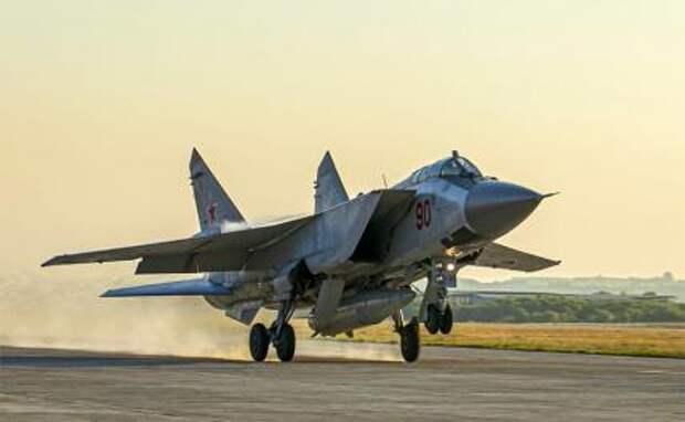 """На фото: истребитель МиГ-31К с гиперзвуковыми ракетами """"Кинжал"""" на борту на российской авиабазе Хмеймим"""