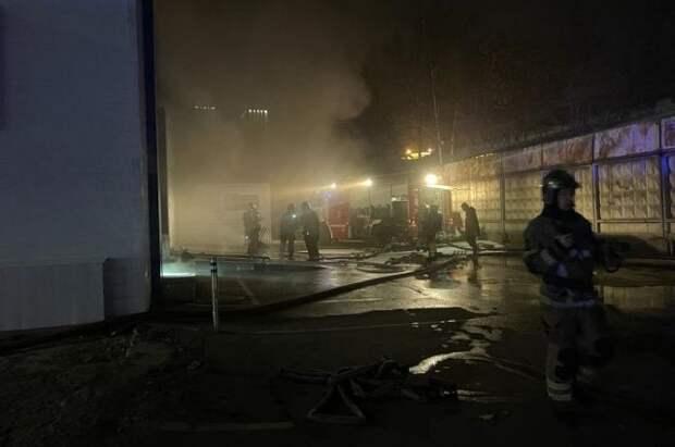 В Москве горит склад на площади 700 квадратных метров
