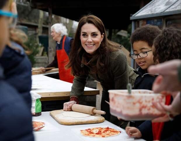 Елизавета II ест гамбургеры ножом и вилкой, а принцесса Диана не умела готовить