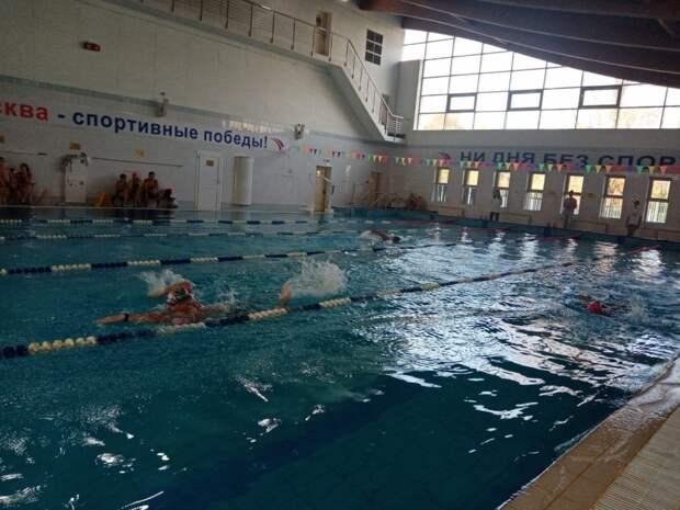 Две семьи из Отрадного завоевали медали на соревнованиях по плаванию