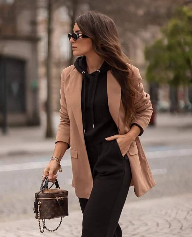 20 вариантов с чем носить толстовку с капюшоном стильным дамам