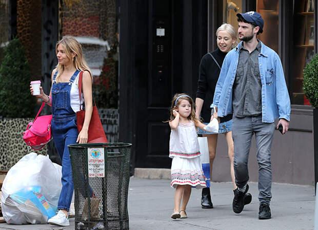 Сиенна Миллер и Том Старридж с дочкой Марлоу, Нью-Йорк, 2017 год