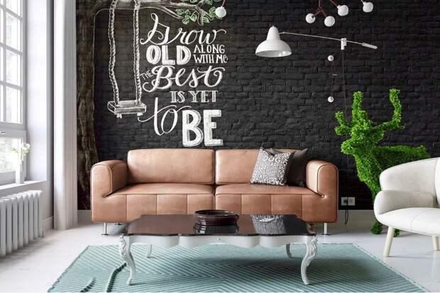 Коричневый диван на фоне черной стены с обоями под кирпичную кладку
