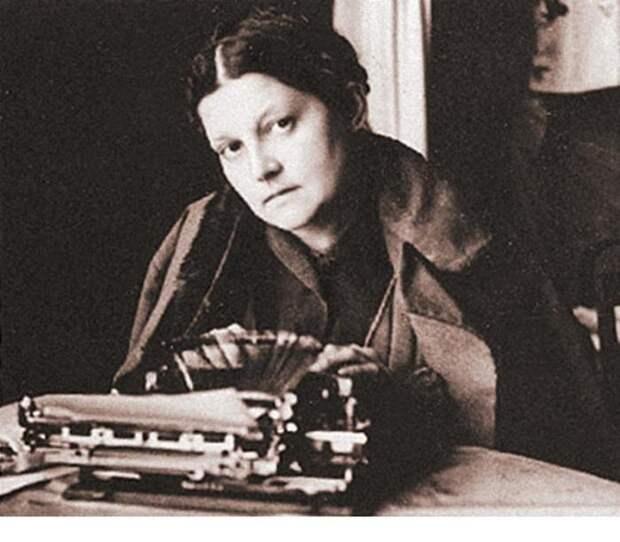 Валерия Лиорко за перепечаткой рукописей мужа - возможно, именно дневников