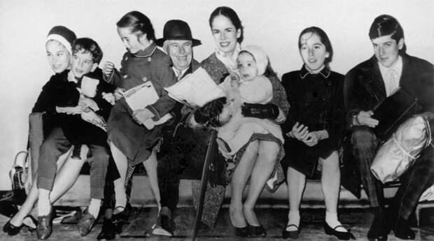 Чарли Чаплин с женой и детьми.