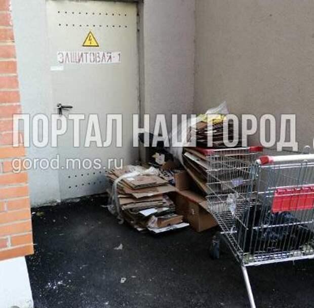 Запасной выход в доме на Соколово-Мещерской улице заставили макулатурой