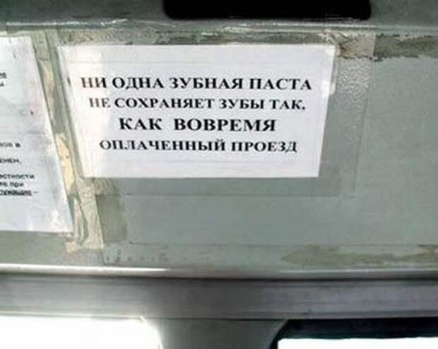 Если одновременно нажать педали тормоза и газа, то машина сделает скриншот твоего лица на лобовом стекле)