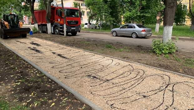 В микрорайоне Климовск начали укладывать асфальт на улице Заводская