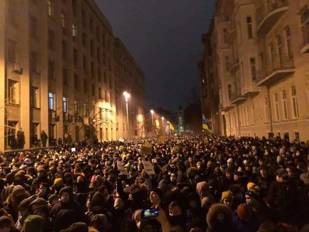 Столкновения начались на акции протеста у офиса Зеленского