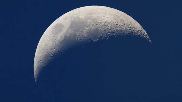 Черная полоса по всей поверхности: на Луне запечатлели странную аномалию