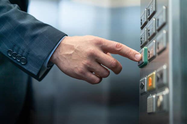Грузовой и пассажирский лифты отремонтировали в доме на Долгопрудной