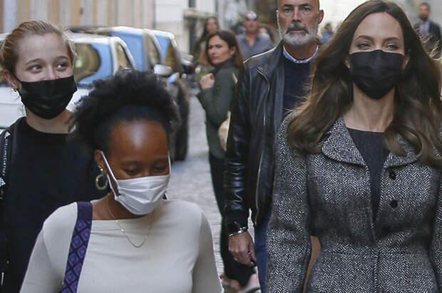 Анджелина Джоли с детьми на прогулке в Риме