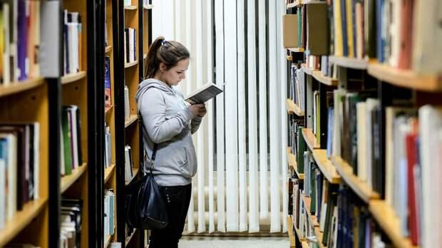 Посетительница в библиотеке  - РИА Новости, 1920, 23.04.2021