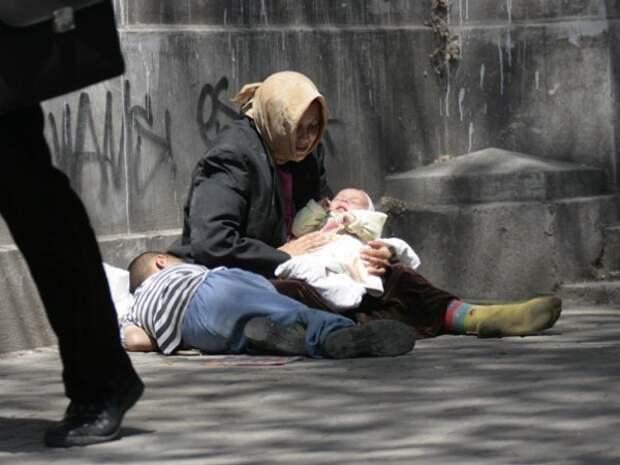 Почему спит ребенок на руках у попрошаек? Вы никогда не задумывались? дети, попрошайки, факты