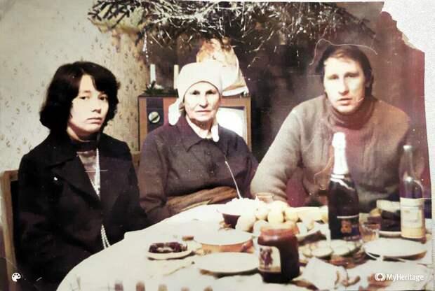 Рассматриваю старое новогоднее фото родителей. Удивлена скромностью праздничного стола