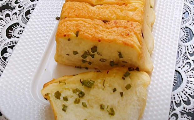 Попробовали раз сделать чесночный хлеб и теперь готовим постоянно. Кроме муки почти ничего не нужно