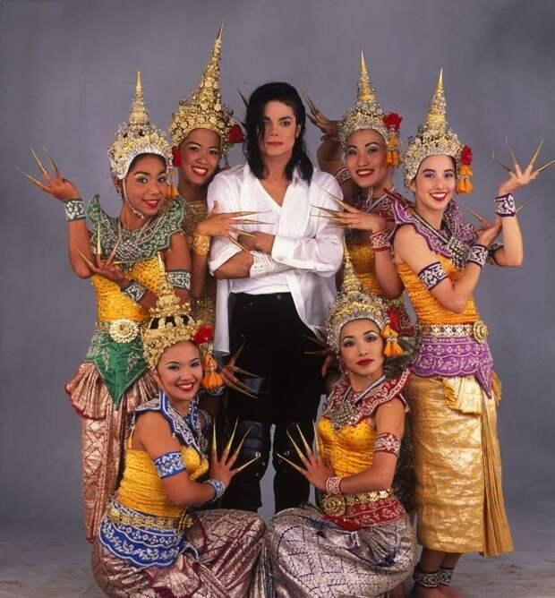 black-or-white-Michael-Jackson-e1612006233487-949x1024 5 самых дорогих музыкальных клипов, которые когда-либо были сняты