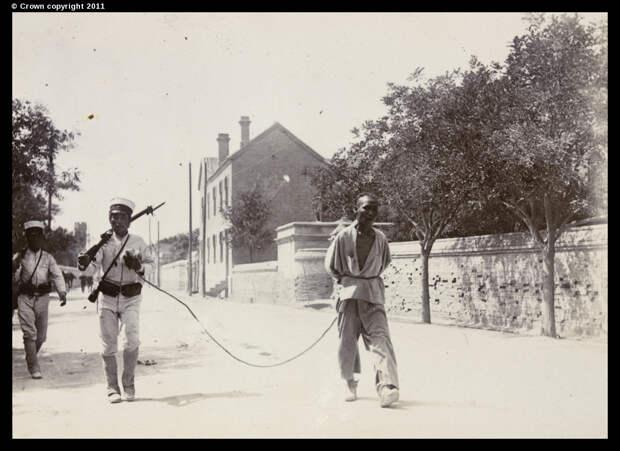 Японские солдаты конвоируют заключенного