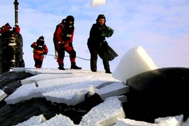 Атомная подлодка всплывая пробивает арктический лед