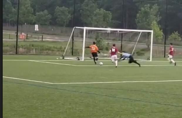 Юный вратарь вСША исправил свою глупую ошибку, недав сопернику забить впустые ворота с3 метров