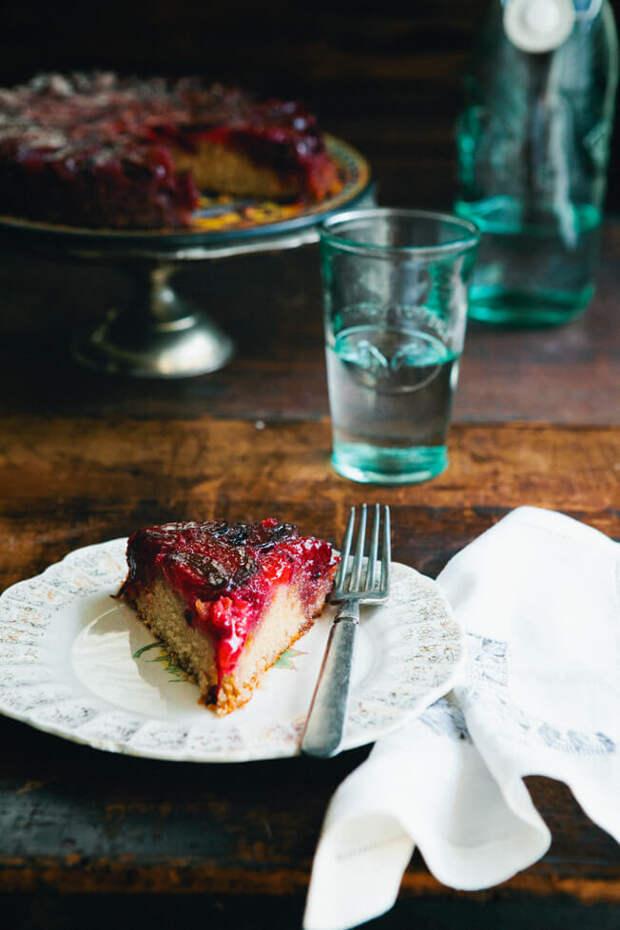 Ароматный пирог-перевёртыш со сливами