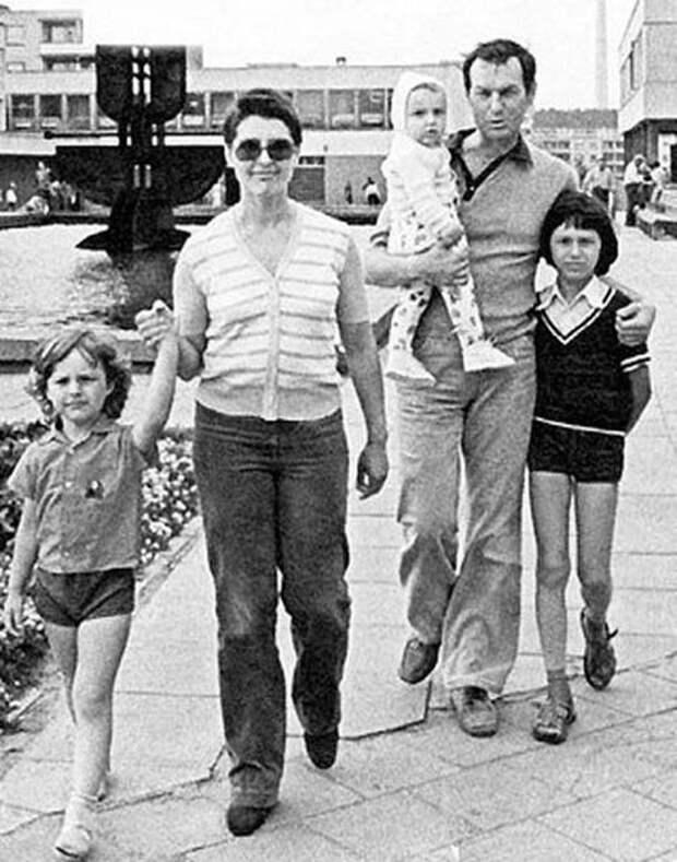 """Регимантас Адомайтис с семьей (фото: """"stuki-druki"""")"""