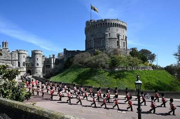 У Виндзорского замка собрались желающие отдать дань уважения принцу Филиппу