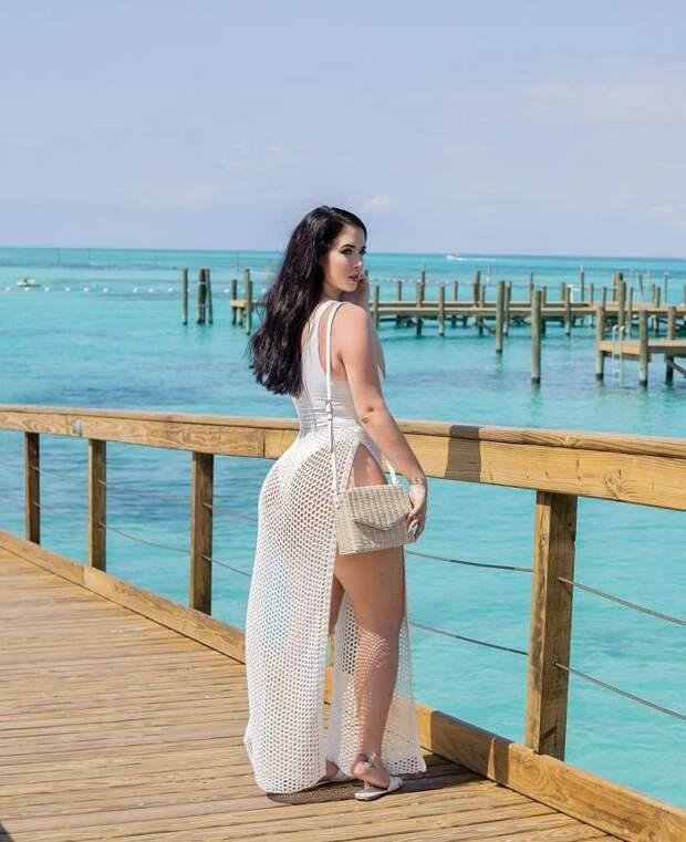 Девушка с широкими бёдрами покорила интернет и стала моделью plus-size