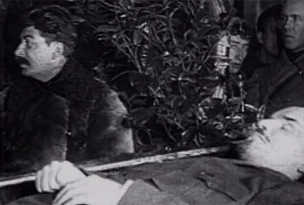 Иосиф Сталин у гроба Владимира Ленина. Январь 1924 года