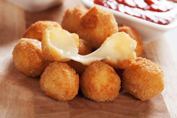 Работала в кафе, там постоянно готовила жареный сыр. Теперь удивляю гостей хрустящими шариками с насыщенным вкусом