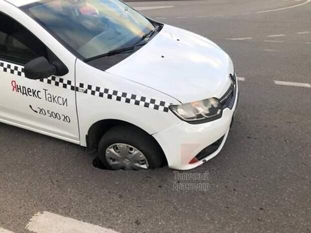 В Краснодаре машина загремела в провал на дороге