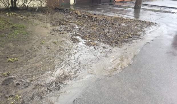 Вода заливает двор жителя Ростова из-за нарушения при ремонте дороги