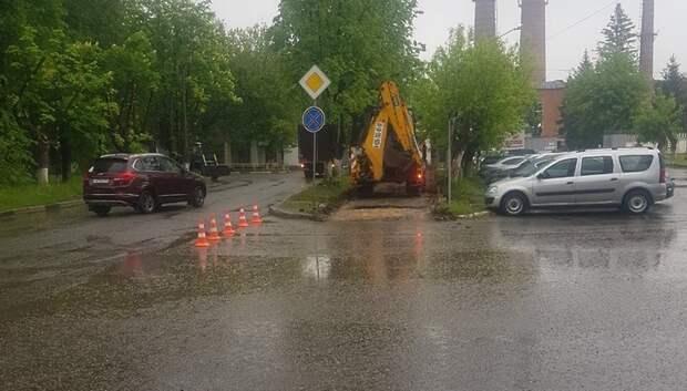 Рабочие начали ремонтировать асфальт на Заводской улице в Климовске