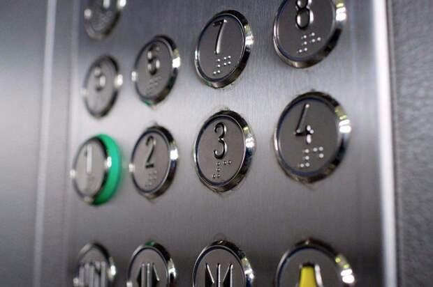 В надземном переходе через МКАД в районе Лианозова починили дверь лифта