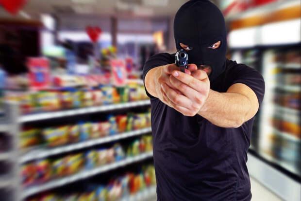 Два грабителя с пистолетом получили достойный отпор от продавца магазина в Ленобласти