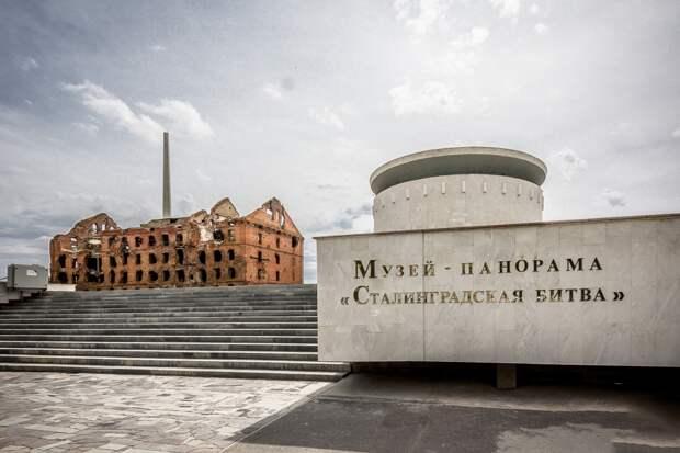 """Мальчик Коля с Уренгоя тихо курит в уголке. Посмотрите чему учит детей Музей-панорама """"Сталинградской битвы"""""""