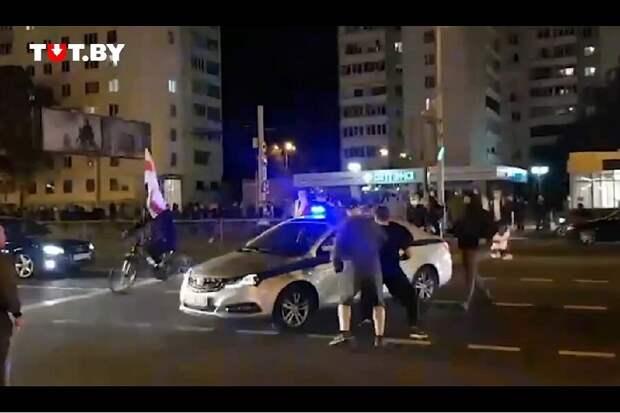 На снимке нападение на машину ГАИ. 23 сентября 2020г.  Фото: https://ru24.net/various/259818809/