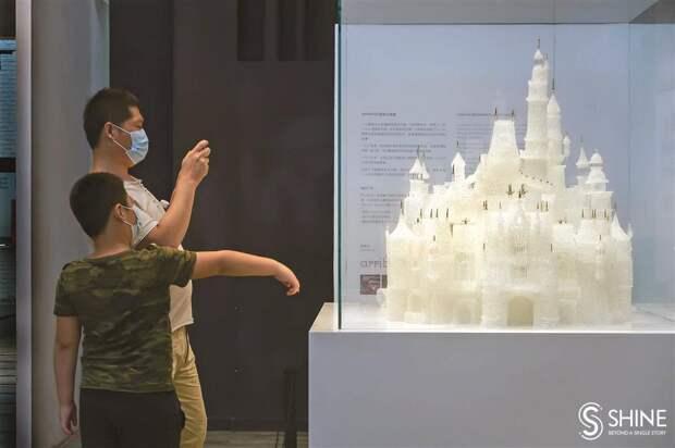 В Шанхае дети разбили замок из стекла стоимостью 65 тыс долларов